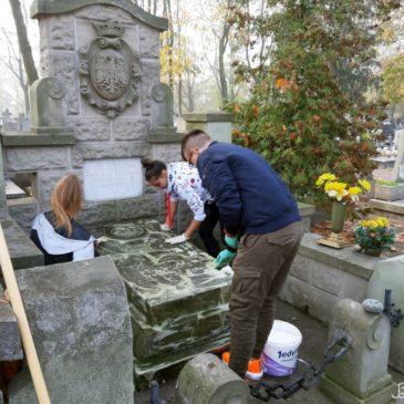 Uporządkowali i odwiedzili groby…